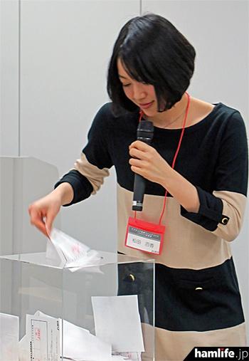 抽選箱から当選者のカードを引き出す瞬間に会場の注目が集まる