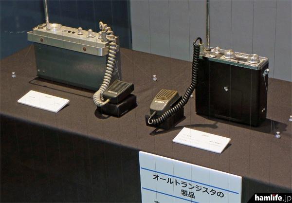 「オールトランジスタの製品」として展示されたトリオのTR-1000(左)と井上電機製作所のAM-3D(右)
