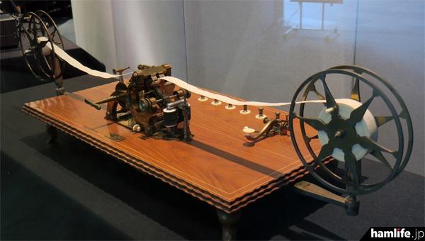 1854年にペリー提督が徳川幕府に献上したモールス電信機(複製品)。現物は国の重要文化財に指定され、郵政博物館に収蔵されている