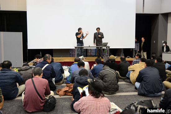 会場前方の舞台では次々にイベントやトークショーが行われた(写真提供:ラジオライフ編集部)