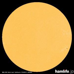 「太陽黒点情報 ? 宇宙天気情報センター」のWebサイトに表示されている2015年12月31日の太陽黒点映像。わずかに右下に黒点が確認できる