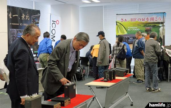 会場は3つのコーナーに分かれていた。これはIC-7300やIC-7851などの実動展示と歴代のアイコム製無線機を展示したコーナー。写真左はJARL会長の山之内俊彦氏(JA7AIW)