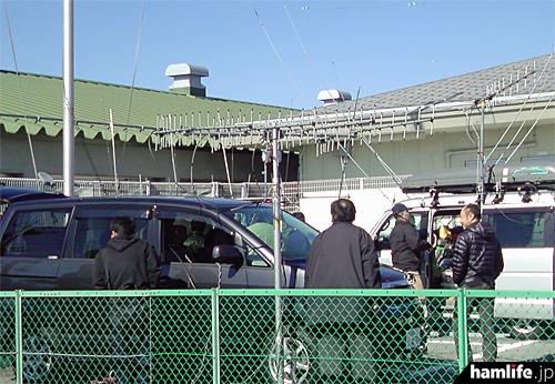 講師の移動運用車やアンテナを見学する参加者ら(写真提供:JARL山梨県支部)