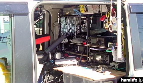 展示された移動運用車の内部(写真提供:JARL山梨県支部)