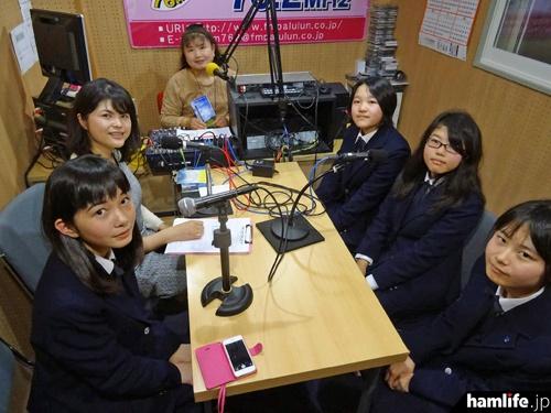 番組に登場した茗渓学園中学校高等学校科学部無線工学班(JJ1YAF)の4人の収録風景(CQ ham for girlsのFacebookページより)