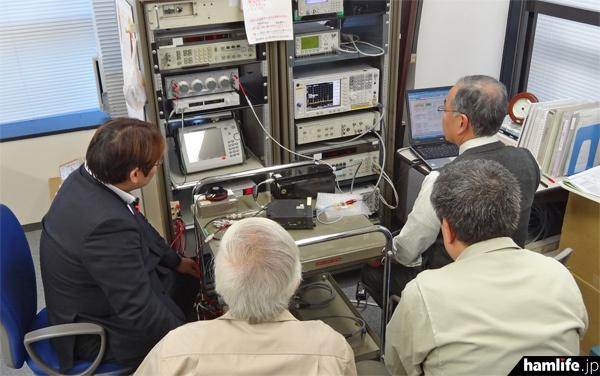 JARD保証事業センターで行われているスプリアス実測作業の模様(hamlife.jp撮影)
