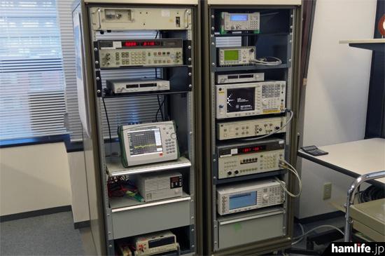 JARDの測定機器の一部。「電波法の較正を受け、技適・認証審査で使用しているスペクトラムアナライザーが1台と、今回新調した小型スペクトラムアナライザー1台の計2台を配置」したという