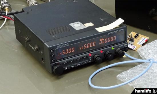 hamlife.jpの取材時は、ケンウッド・TM-941(144/430/1200MHz帯FMモービル)の1200MHz帯で測定が行われていた