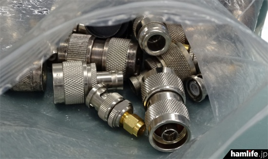 さまざまなアンテナ端子に対応するため、多数の変換コネクタも用意