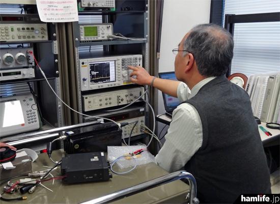 測定員がスペクトラムアナライザーを操作
