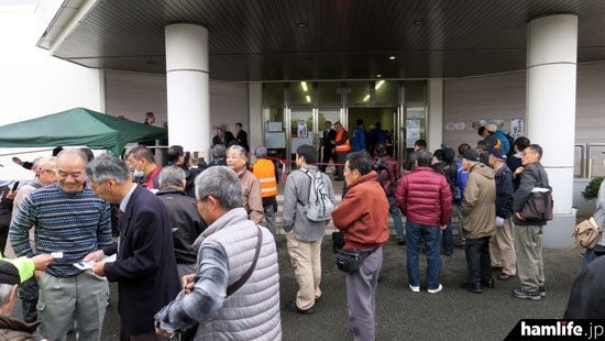 会場前には早朝からオープンを待つ多数の無線家が集まった
