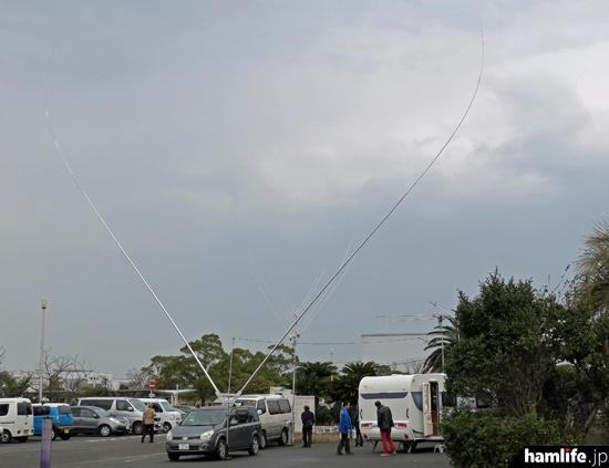 体育館前には8J6HAMの運用に使用する7MHz帯のデルタループアンテナを設置