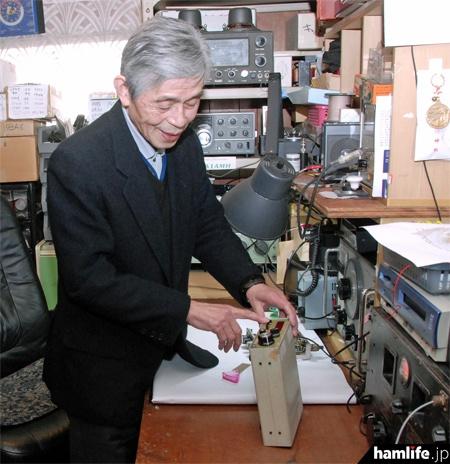 周波数カウンターのDX555と高田継男氏(2011年撮影、写真提供:三才ブックス「ラジオライフ」編集部)