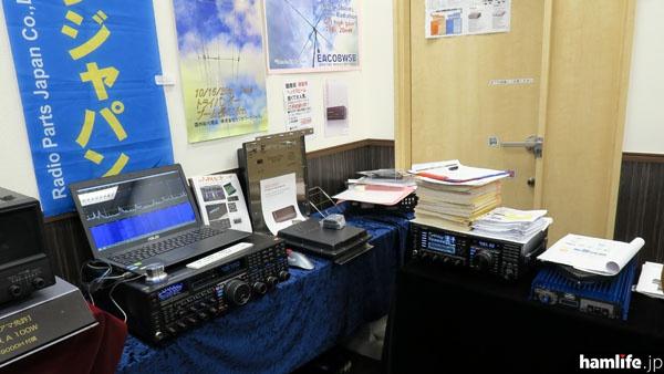 ラジオパーツジャパンのブース。FTDX5000などに接続可能なパナアダプターの「LP-PAN」とフリーSDRソフトの「NaP3」や、、イタリアの専門メーカーと共同開発したHFリニアアンプなどを展示