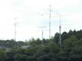 「8J1ITU」の固定局がある茨城県かすみがうら市のアンテナ群。HF帯は出力1kWでオンエアー!