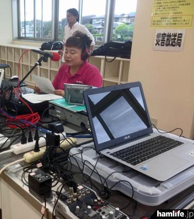 「益城災害FM」でアナウンスを行う、FMぱるるんのパーソナリティ、水田かおり(Facebookより)