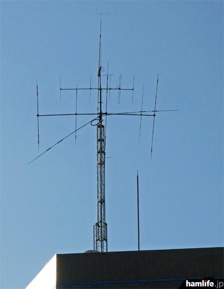 JARL事務局が入居するビルの屋上に設置されたアンテナ。この日は珍しく、クランクアップタワーもフルアップ