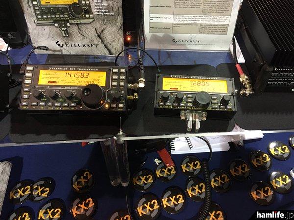 人気のHF/50MHz帯小型トランシーバー「KX3」(左)よりも小さい、ポケットサイズのHFトランシーバー「KX2」(右)