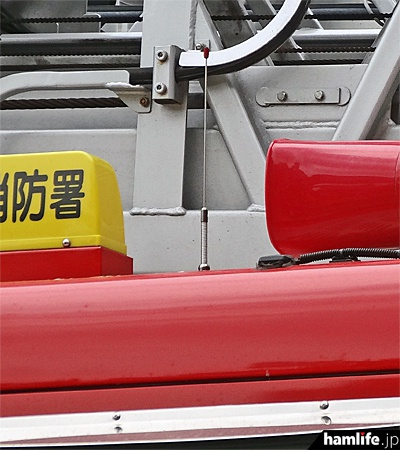 消防車両に取り付けられた、260MHz帯の無線アンテナ(hamlife.jp撮影)