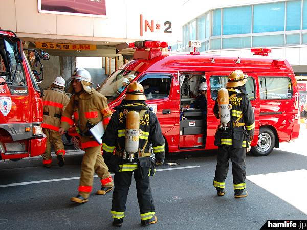 すでに消防救急波はデジタル化が進んでいる。指揮車内ではデータ通信をはじめ無線連絡を行っている(ラジオライフ編集部提供)