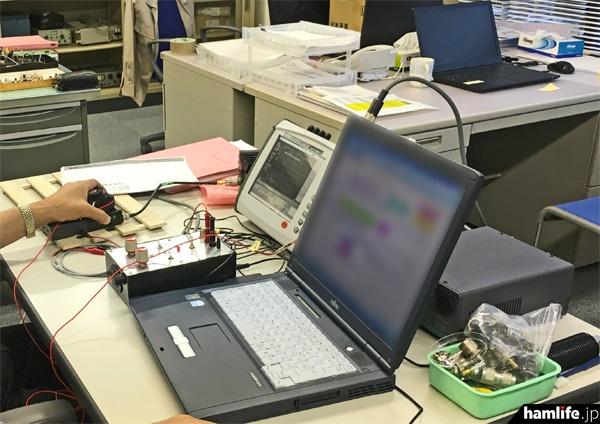 測定を終えた無線機のデータはパソコンで管理される