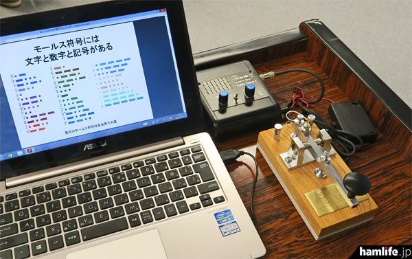 講師席にはCQ出版社のオリジナル電鍵「匠」とモールストレーナーを設置