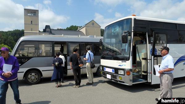 福島県田村市内の集合場所からマイクロバス2台に分乗し出発