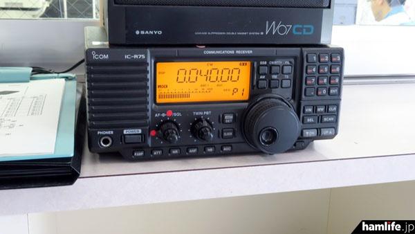 局舎の玄関には長波40kHzを受信中のIC-R75が置かれていた