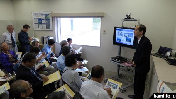 施設の説明をする、NICTの松原主任研究員