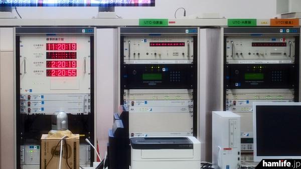 窓越しに撮影した時刻信号管理室の機器類。日本で「サマータイム」が設けられた際にも対応できる体制が取られているという