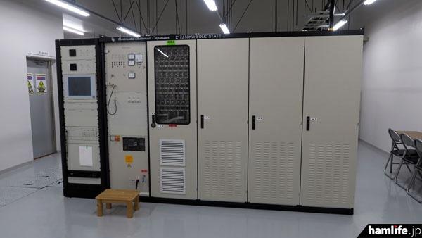 送信機室は2つあり、それぞれ長波40kHz、50kW出力の固体式送信機が2基ずつ設置されている