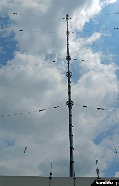 アンテナは地上高250mの傘型。最頂部から6方向に空中線が展開されている。ちなみにアンテナ効率は約25%という
