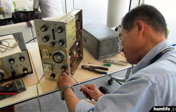 無線機の解体修理の実演
