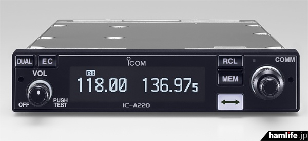 TSO承認取得規格(TSO-C128a、TSO-C169a)を取得したIC-A220。小型飛行機への搭載に適したVHF帯エアーバンド無線機。視野角、視認性にすぐれた有機ELディスプレイと操作性の良いスイッチボタンが特徴
