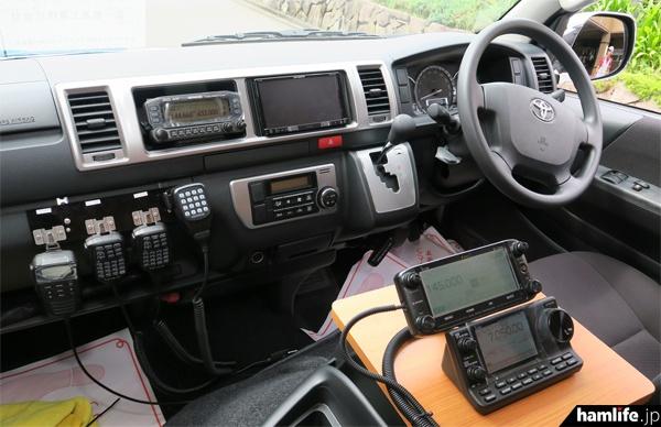 新・無線デモカーの運転席には多数のアマチュア無線機、デジタル簡易無線機などを装備