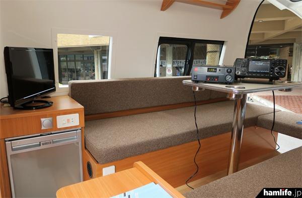 新・無線デモカーの居室部分。冷蔵庫のほか、個室トイレも設けられている
