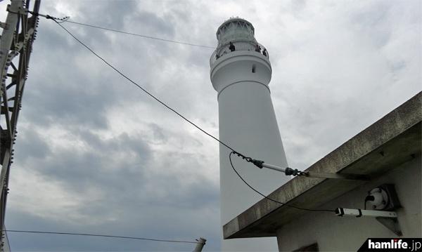 「いぬぼう」の送信に使われているワイヤーアンテナ。空中線電力は50W(hamlife.jp 2014年7月撮影)