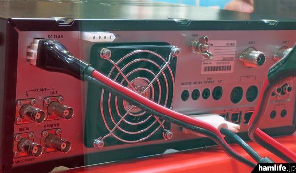 IC-7610の背面には各種の端子を装備している
