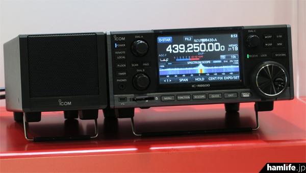 アイコムの参考出品、デスクトップタイプの広帯域受信機「IC-R8600」と電源内蔵外部スピーカー「SP-39AD」