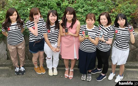 新連載「FB Girlsが行く!! ~元気娘がアマチュア無線を体験~」に登場するFB Girls。中央は歌手のMasaco(JH1CBX)だ(写真:月刊FBニュース)