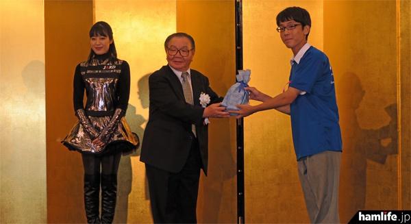 有坂JARD会長から「高ア連コンテスト」の副賞を授与