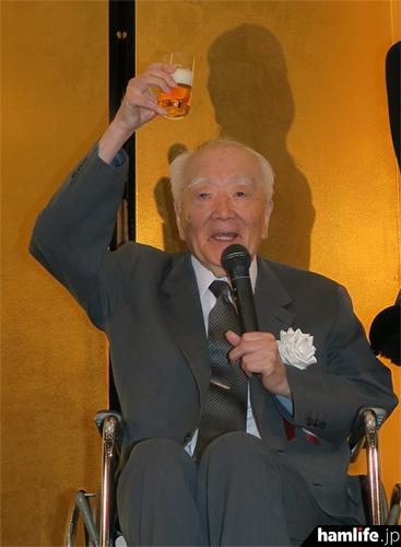 乾杯の発声をする原JARD名誉会長(JA1AN)