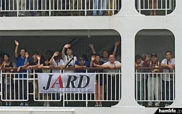 「おがさわら丸」から手を振る団員たち(写真提供:JARD)