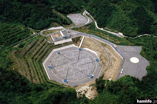 京都大学の生存圏研究所が誇る、滋賀県の「信楽MUレーダー(観測所)」。周波数46.5MHzのクロス八木アンテナを475本使用、出力は驚異の1000kW!