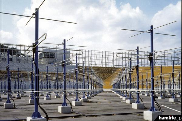 MUレーダーのアンテナ。素子毎に取り付けた小型半導体送受信機(合計475個)を個別に制御 することにより、 1秒間に2500回という高速でレーダービーム方向を変えることが可能