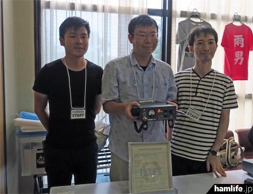 「関西アマチュア無線フェスティバル(KANHAM2016)」で展示された、SR-01とサイエンテックスのスタッフ。中央が吉澤氏