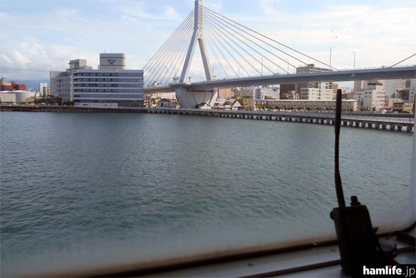 船内の窓から見た青森市内の景色