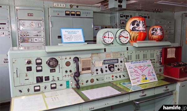 「青函連絡船メモリアルシップ 八甲田丸」の船内には、かつての無線通信室が保存されている。現役当時のコールサインは「JRRX」(2016年5月 hamlife.jp撮影)