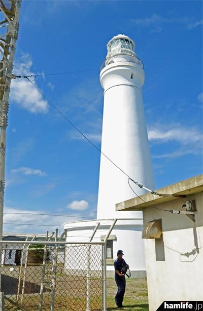 船舶気象通報の送信アンテナはロングワイヤー型。マッチング装置が納められた「整合機室」に、停波準備のため海保職員が訪れた