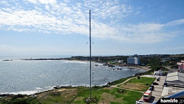 犬吠埼灯台の隣接地にあるディファレンシャルGPS局のアンテナ。ディファレンシャルGPSは今後も継続するが、同時送信されてきた文字による気象情報(タイプ16気象通報)も終了となった